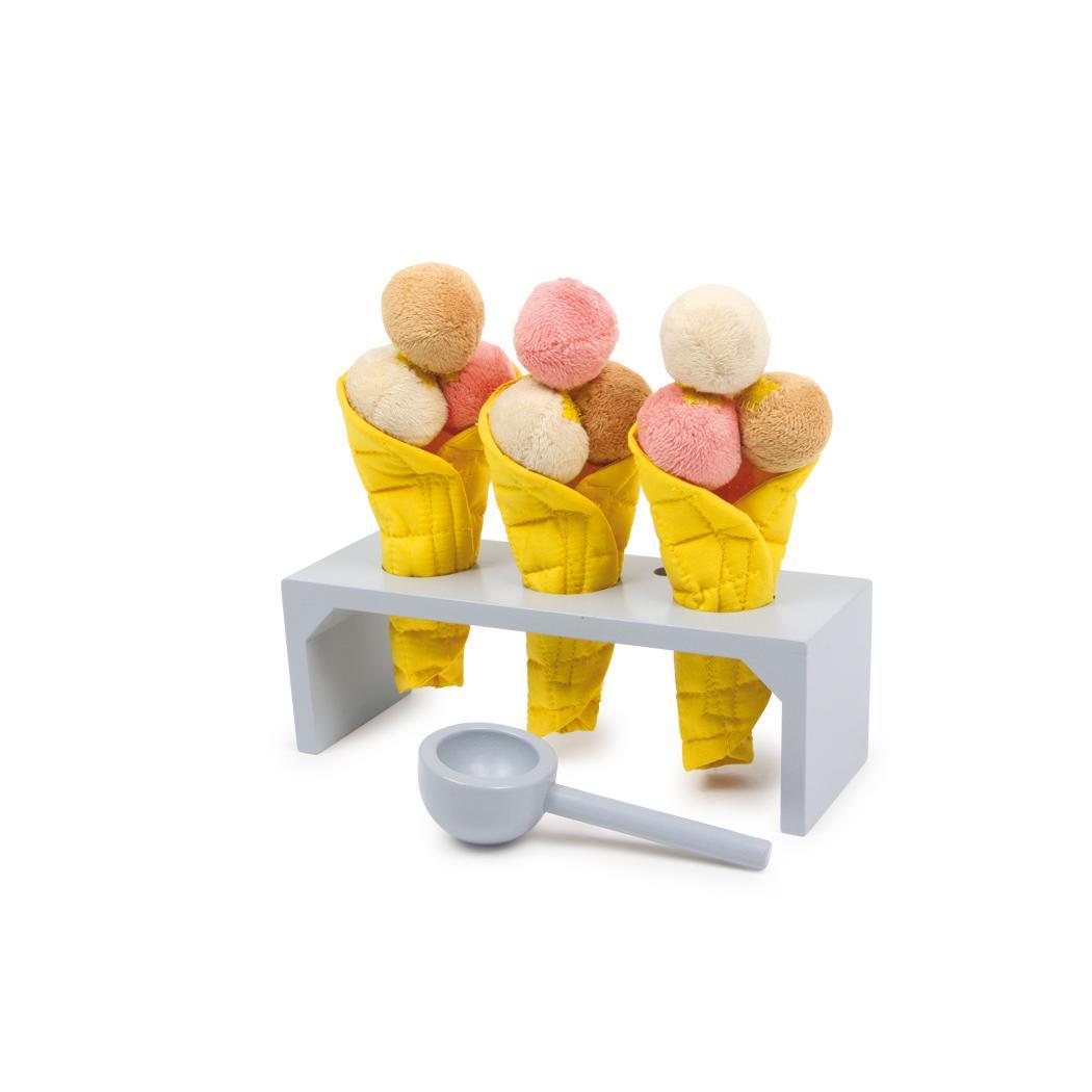 Houten ijshouder met ijsjes en ijsschep